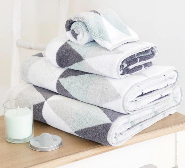 Asciugamani per il bagno in fantasia colorata, da Maisons du Monde