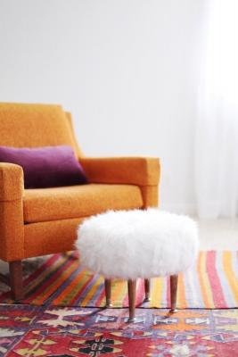 Pouf fai da te rivestito con un vecchio tappeto, da abeautifulmess.com