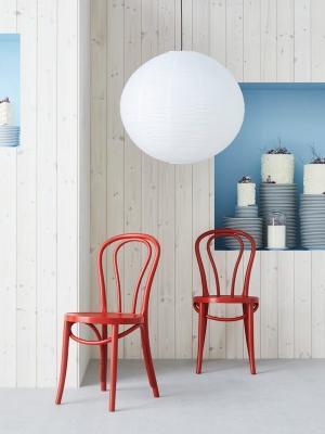 Sedia ÖGLA e paralume SJUTTIOFEM - Collezione Ikea GRATULERA