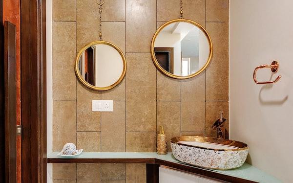 Bagno con accessori gold - Tendenze interiori design 2020