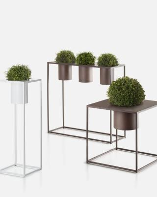 Portavasi di design in metallo, da De Castelli