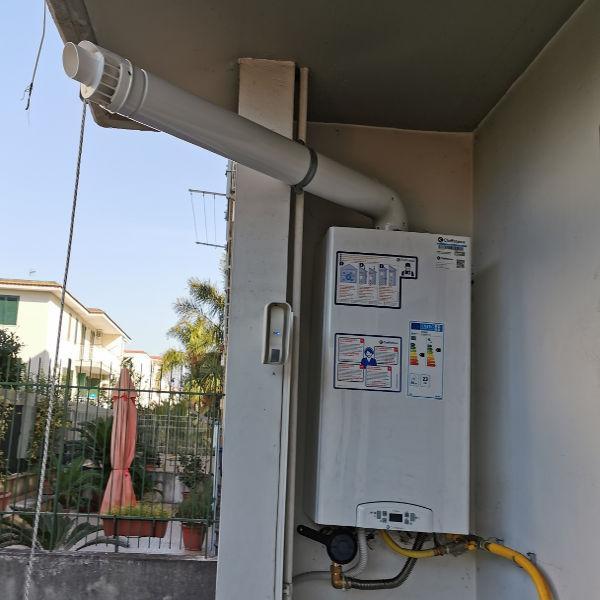 Moderna caldaia a gas a condensazione