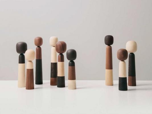 Soprammobili di design: figure in legno, da Arper