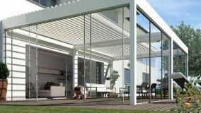 Vivere lo spazio esterno con le pergole bioclimatiche con vetrate scorrevoli