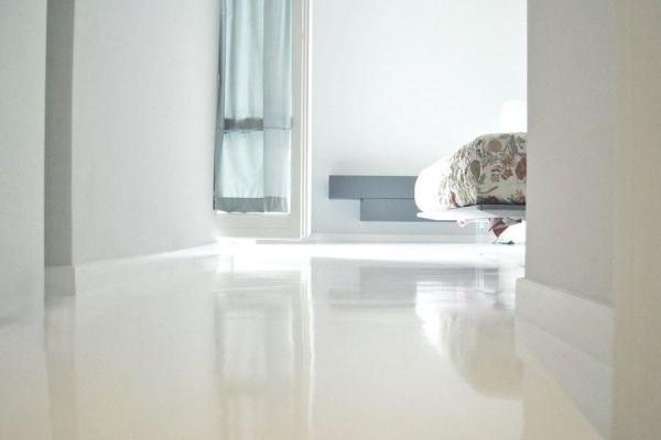 Ricavare una camera in più: pavimento resina a specchio Biopav