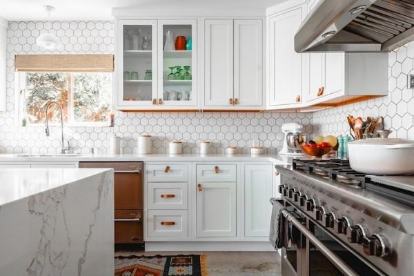 Rivestimenti per le pareti della cucina con mattonelle di forma esagonale