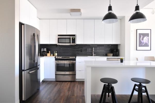 Rivestimento muri cucina con mattonelle in finitura lucida e matt