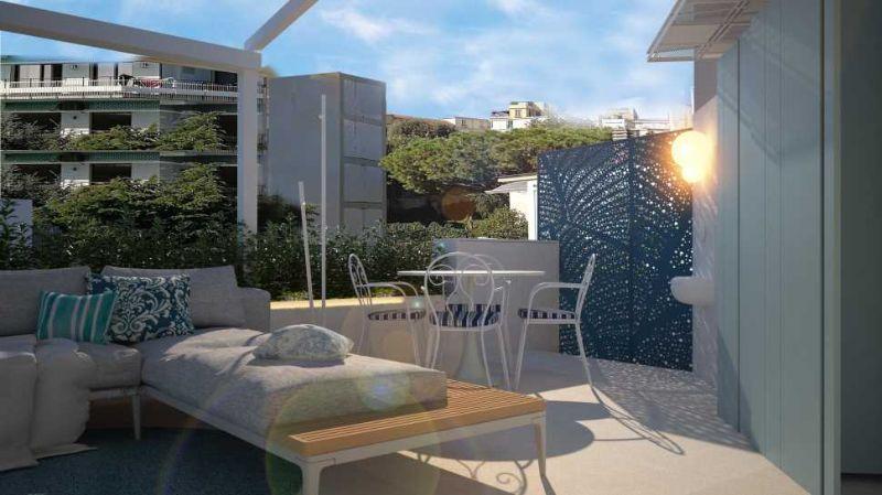 Tendone a scomparsa sul divano nel terrazzo progettato da Blu Space