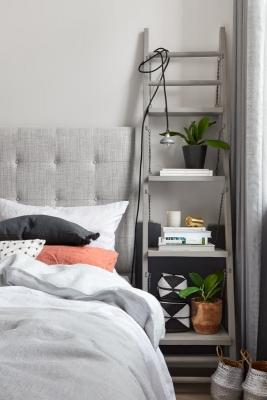 Scala a pioli come comodino, da apartmenttherapy.com