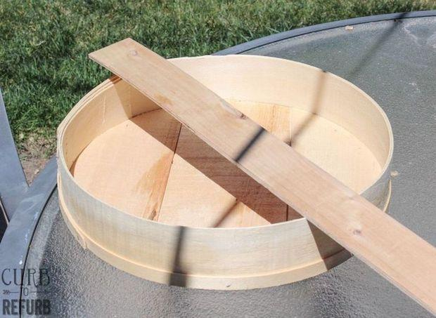 Mensole fai da te con una scatola del formaggio: parte 1, da hometalk.com