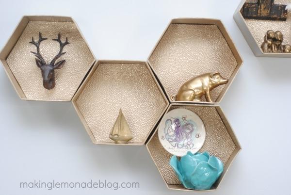 Mensole fai da te con delle scatole, da makinglemonadeblog.com