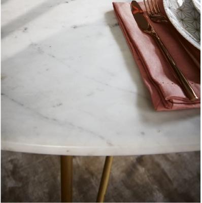 Dettaglio tavolo con piano in marmo Izmir di Maisons du Monde