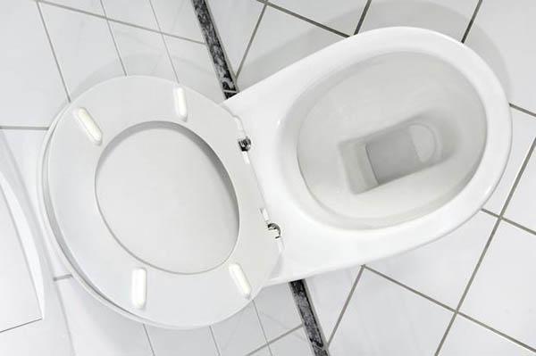 Un tipico wc con copriwater universale
