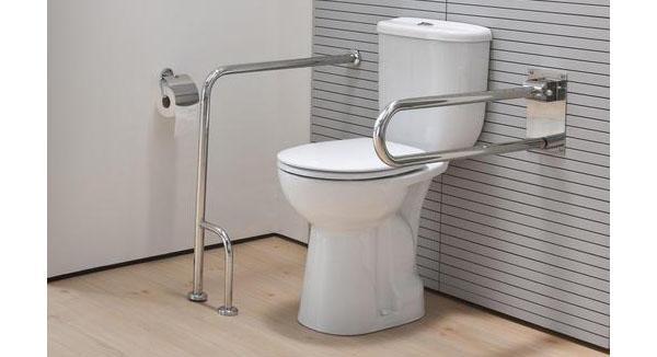 I maniglioni in zona wc di un bagno per disabili