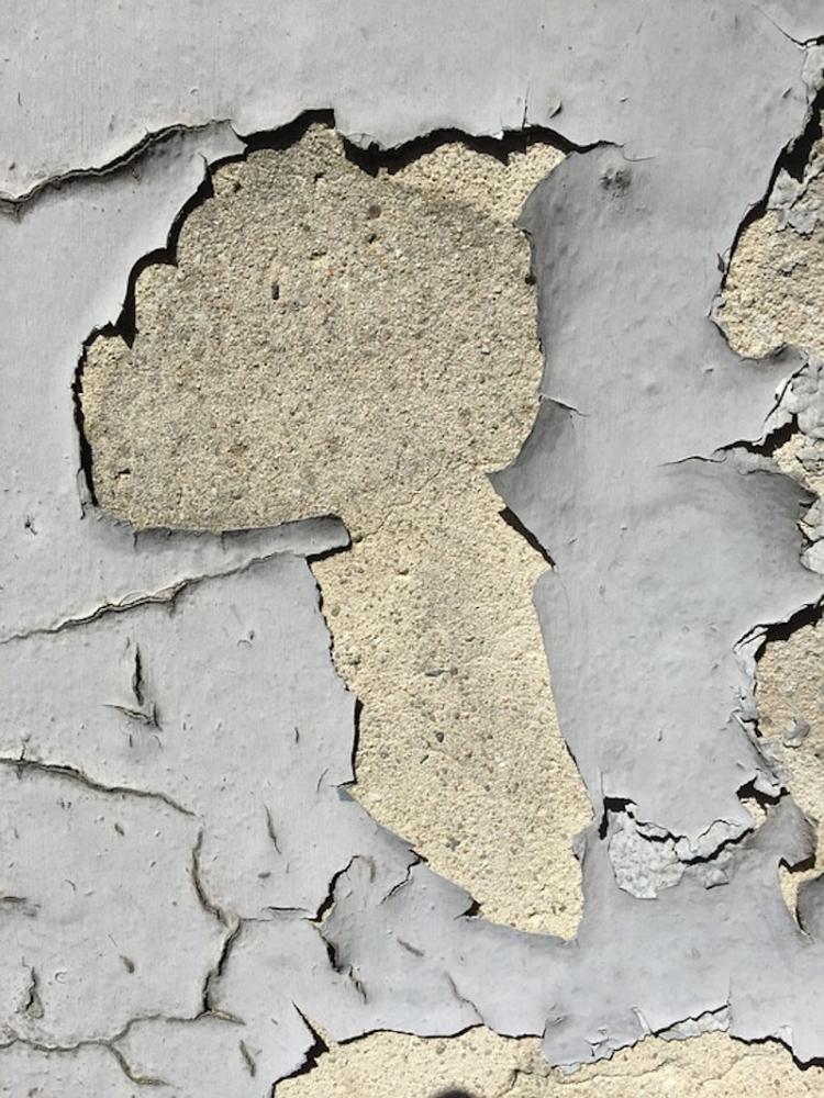 Pilastri in calcestruzzo e scrostamento pittura