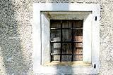 Piccola finestra con inferriata tradizionale