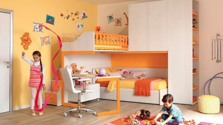 Cameretta organizzata con letto a soppalco, da Moretti Compact