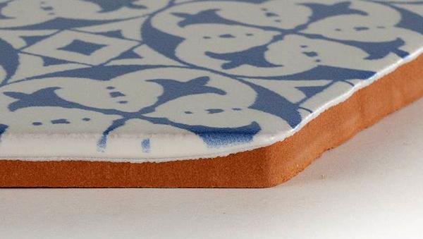 Dettaglio delle piastrelle esagonali di maiolica provenzale di Comptoir du Cérame