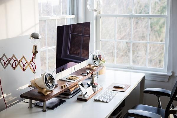 Collocare la scrivania vicino alla finestra