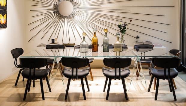 Tavolo da pranzo in cristallo - Fonte foto: Unsplash