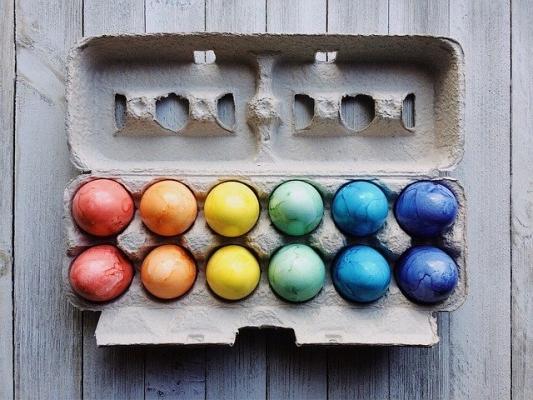 Uova colorate con coloranti chimici per alimenti o naturali