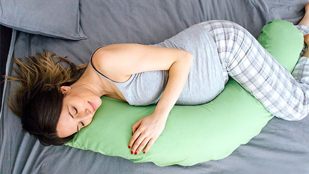 Donna in attesa con cuscino a cilindro
