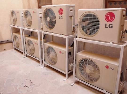 Climatizzatori: macchine esterne disposte ad altezza uomo