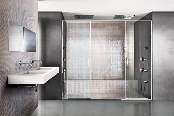La doccia a pavimento amplia visivamente lo spazio