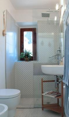 Un bagno piccolo può essere risolto con una doccia filo pavimento