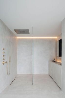 La continuità di materiali della doccia a pavimento è un vantaggio estetico