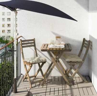 Un angolo relax in balcone con Askholmen di Ikea