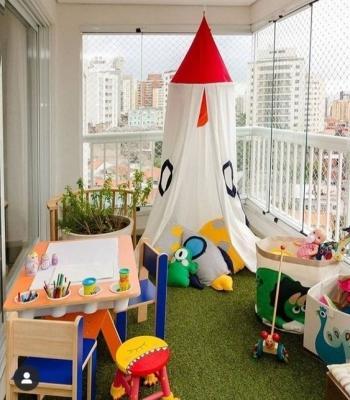 Il balcone può diventare anche un parco giochi per i piccoli - Fonte: Pinterest