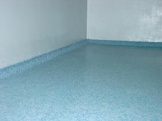 Dettaglio pavimento e sguscia in resina Pulindustriale srl