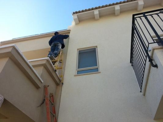 Manutenzione case al mare: riparazione danni facciata