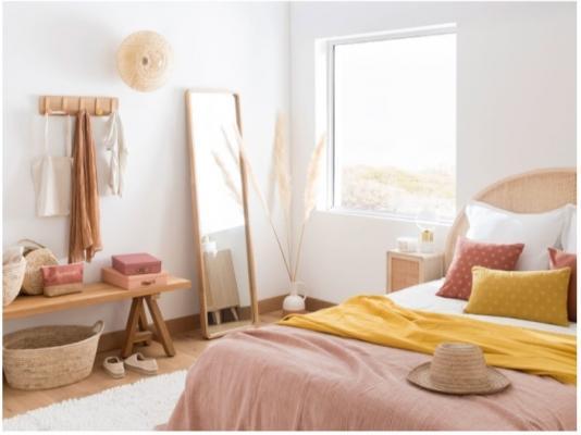 Camera da letto con arredi e complementi colori soft di Maisons du Monde