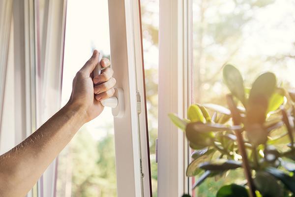 Una finestra con apertura a vasistas