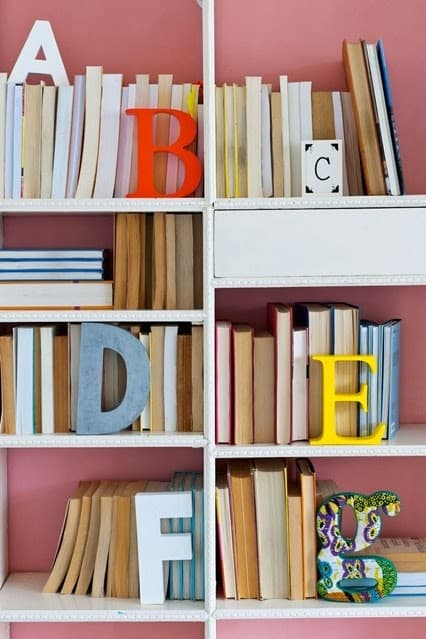 Libri in ordine alfabetico, da houseandgarden.co.uk