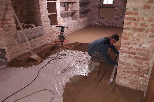 Posa di pavimenti in argilla cruda