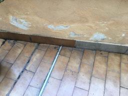 Fessurazioni delle fughe e distaccamento del battiscopa dal pavimento