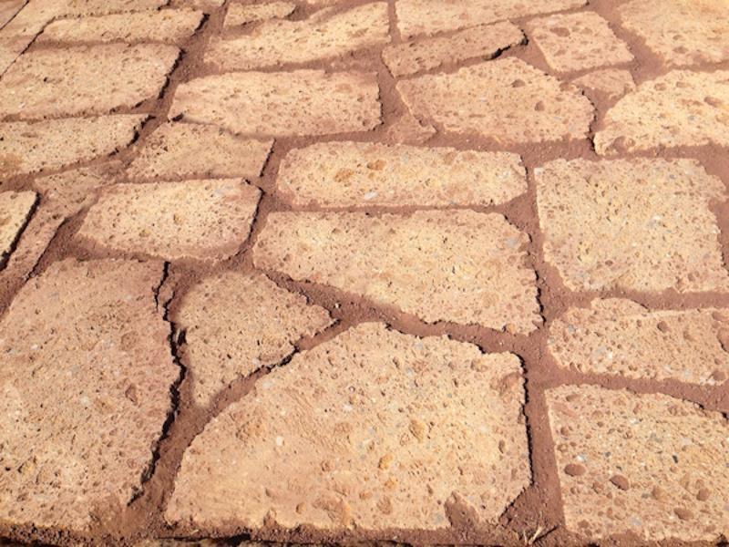 Pavimentazione in lastrame di tufo marrone, Tufo Etrusco
