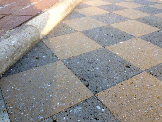 Tufo Etrusco, vialetto pavimentato in piastrelle di tufo bicolori