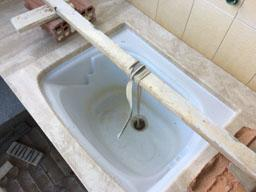 Incollaggio del lavabo al di sotto del piano lavoro