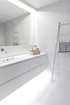 Arredamento bianco in bagno, da trendehouse.com