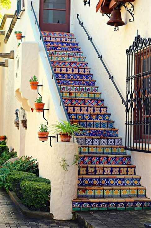 Maioliche in una scala stile messicano, da hdintex.com