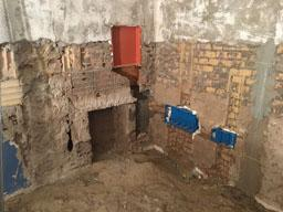 Demolizione dell'intonaco presente sulla muratura