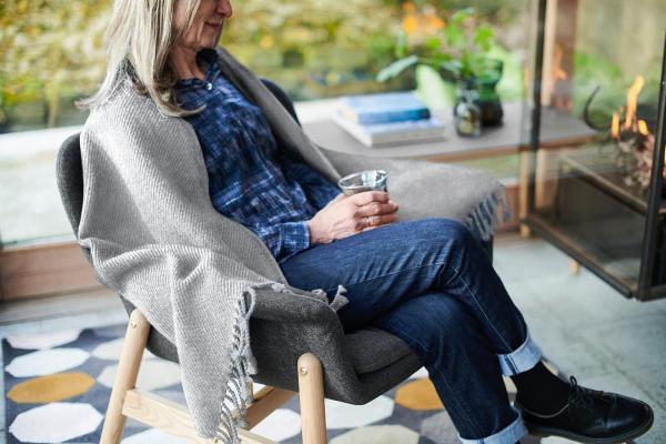 Plaid grigio in lana Omtaenksam - Fonte foto: Ikea