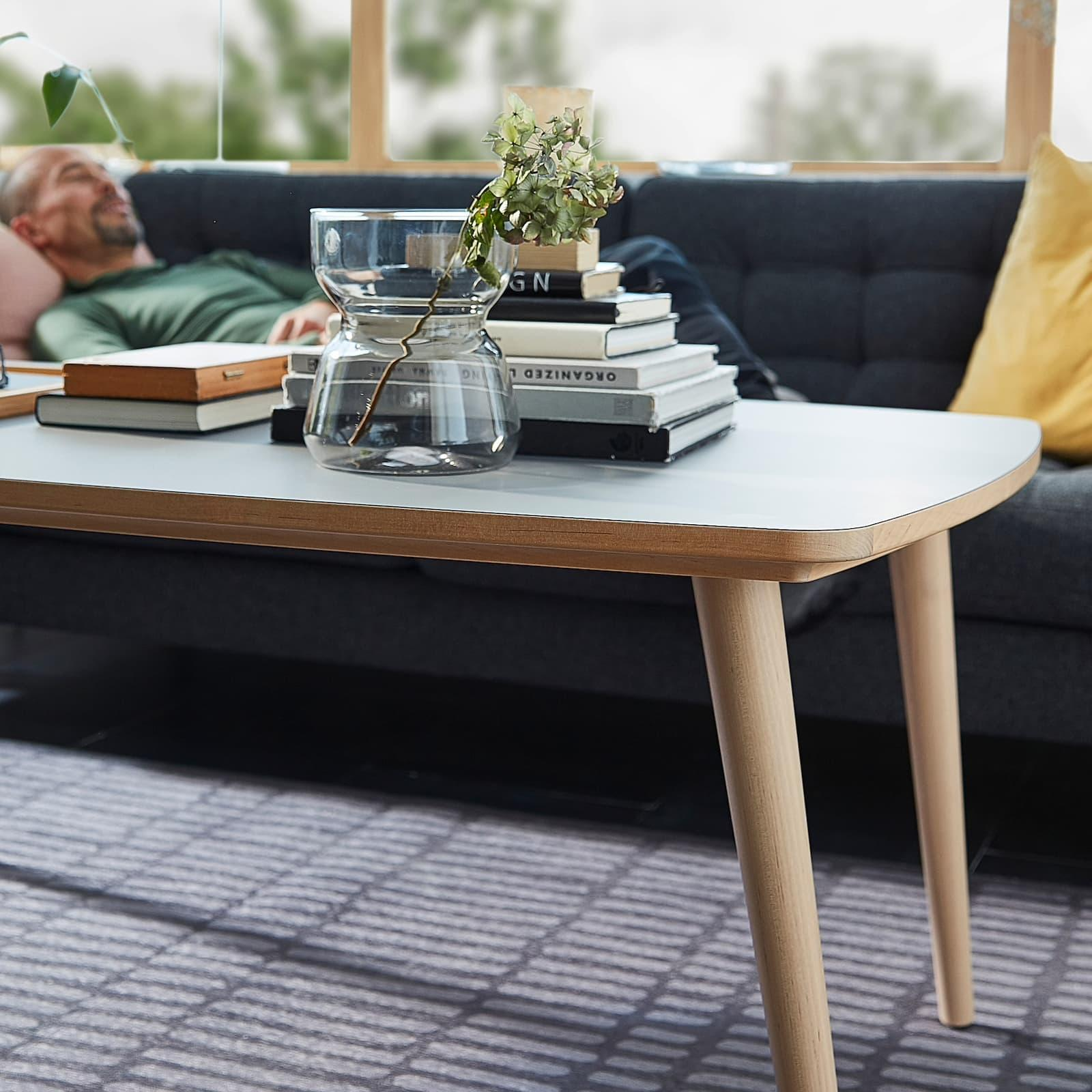 Tavolino in legno e laminato Omtaenksam - Fonte foto: Ikea
