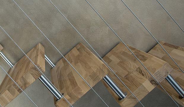 Gradini in legno lamellare di una scala contemporanea