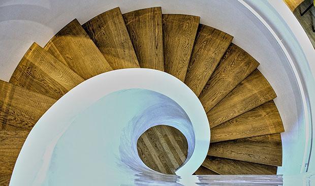 Moderna scala a chiocciola con rivestimento in legno