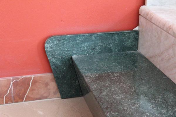 Gradino per scala interna moderna di granito verde, by Marmi ZEM